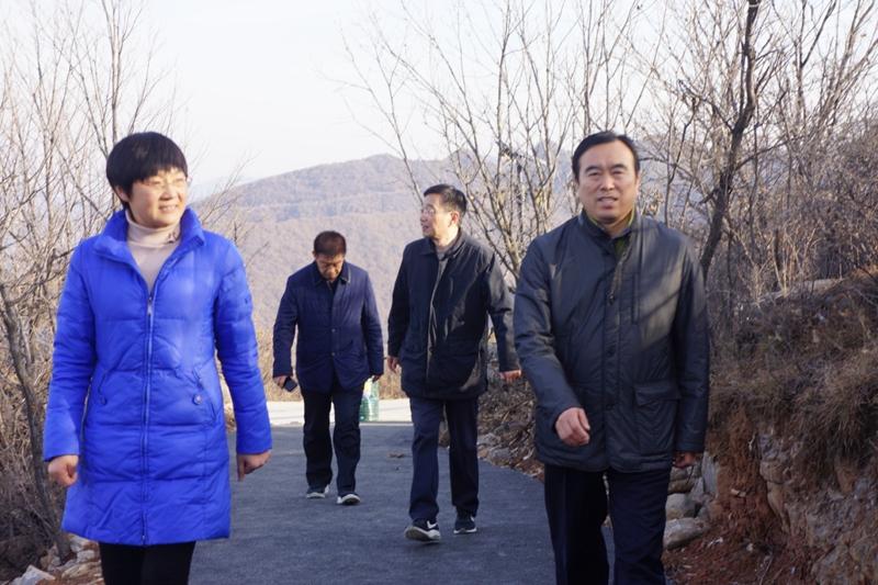 王付林听取了省委编办驻村第一书记赵晓红关于党组织建设,脱贫攻坚图片